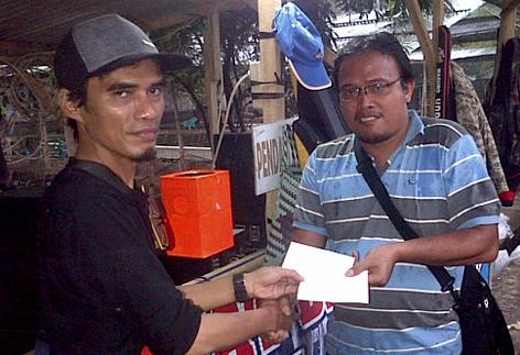 Juara 1 menerma hadiah dari Budi (kiri) Ketua Ranting JakDep