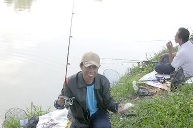 Salah satu pemancing yang strike dengan ikan mas