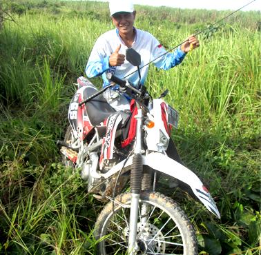 Kang Ito dengan motor trail ia gunakan menuju spot
