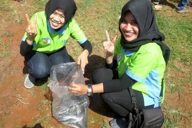 ikan lelenya dikumpulkan di kantong plastik