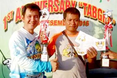 Daniel (kiri) serahkan hadiah uang tunai dan piala untuk juara satu