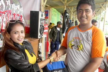 Vivi (kiri) memberikan doorprize kepada peserta