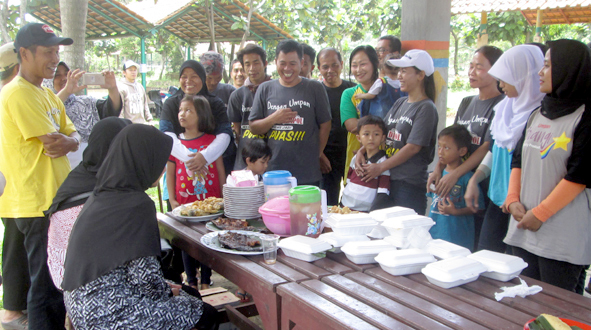 Kang Ito (kiri) dan keluarga besar Umpan Djempol di acara perayaan Milad ke 12