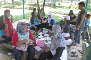 Karyawan makan bersama