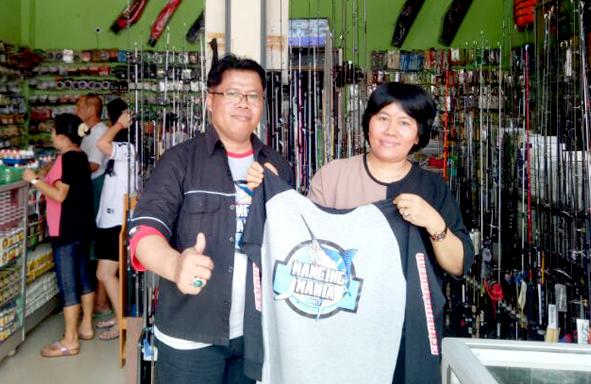 Kusmanto bersama Ibu Lia di toko Lia Fishing