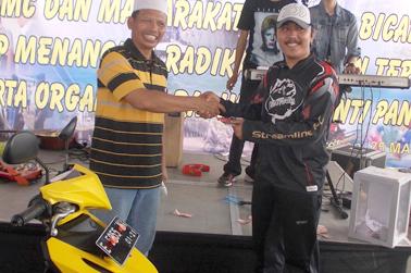 Penyerahan Hadiah Juara I oleh Dir   Polair Polda Jabar Kom Bes Pol Suwarto SH.MH kepada Bagus