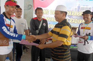 Penyerahan MoU Kerjasama antara MMC dan Rukun Nelayan Kp Pesisir Kota Cirebon, oleh Dir Polair Polda Jabar Kombes Suwarto SH MH, Kepada Ketua MMC Den's Bagyo.
