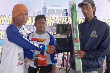 Penyerahan hadiah Juara II Ikan Terberat oleh Pengurus MMC Alis Sugihartono kepada Adi.