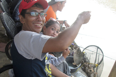 Achiel bersama Vivi dengan perolehan ikan rame