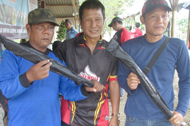 Kang Ito (tengah) serahkan doorprize dari IMM Fishing Shop