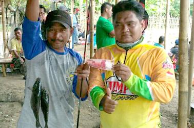 Asep Nurdansyah (kanan) serahkan uang ikan double strike