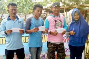 Ira Muitiara (kanan) serahkan hadiah untuk pemenang