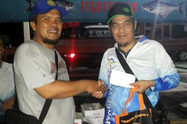 Kang Nug (kiri) menyerahkan hadiah untuk Juara Total Terbanyak