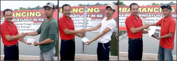 Para pemenang meneriam hadiah uang dari Suwarso Untoro (baju merah)