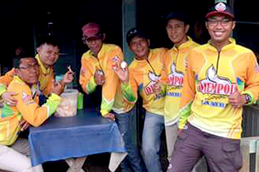 Enoes (kanan) bersama timnya usai mancing bareng