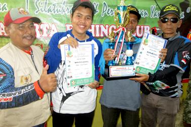 Yusuf (kiri) dan M.Rasyid (kanan) serahkan hadiah kepada Juara Induk 1