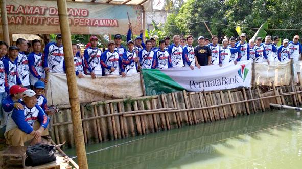 Karyawan Permata Bank foto bersama