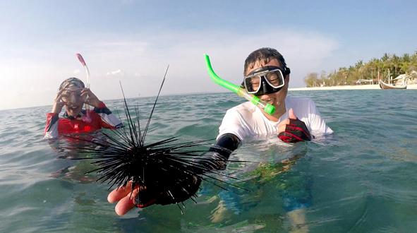 Asiknya snorkeling