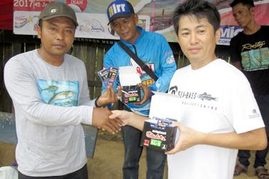 Suga menyerahkan Starlite Lumica kepada peserta lomba di Kota Jambi