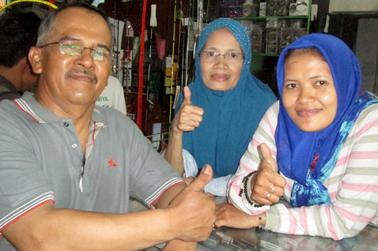 Ayu (kanan) dan Nurdin  (kiri) serta ibunda ayu (tengah)