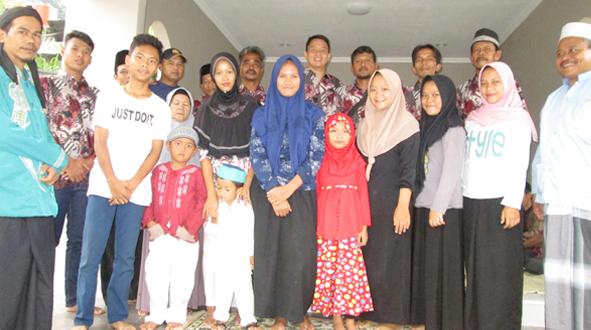 Foto bersama di depan musholla bersama undangan dan anak yatim