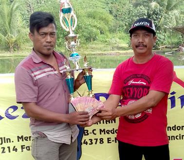 Juara 2 menerima piala dan uang tunai