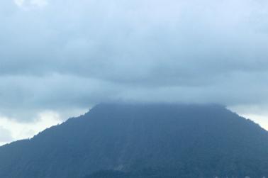 Gunung Karakatu terttutup kabut