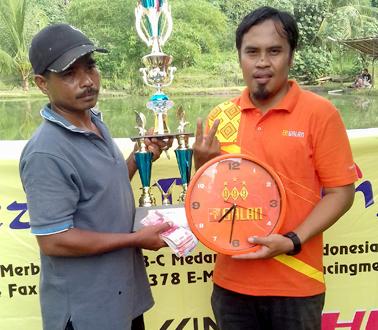 Juara 1 menerima hadiah dari pihak sponsor