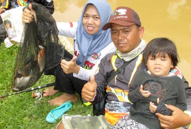 Keluarga Dedi Festo dari JFC Ciputat tunjukkan ikan pancingan sang istri