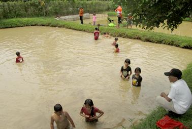 Anak-anak ngobak kolam berhadiah uang
