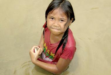 Salah satu anak dari keluarga peserta yang berhasil tangkap ikan dengan tangan