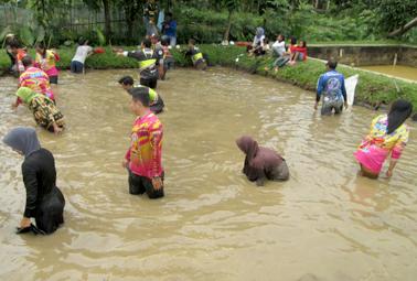 Keluarga peserta nyebur dan ngobak di kolam usai makan siang