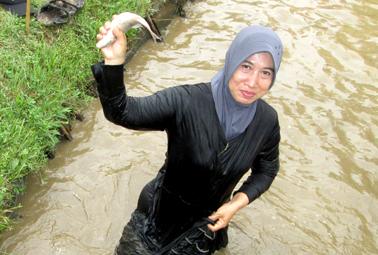 Aini Hermawan, iberhasil tangkap ikan saat ngobak