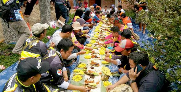 Makan bersama dengan bapak, istri dan anak