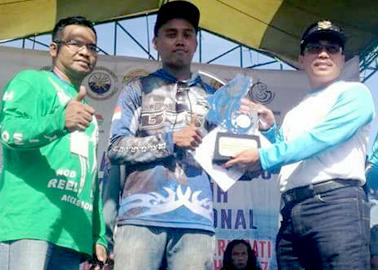 Penyerahan hadiah utama kepada Juara 1 oleh Bupati Cirebon Sunjaya Purwadisastra yang didampingi Dan Lanal Cirebon Let Kol (Mar) Yustinus Rudiman