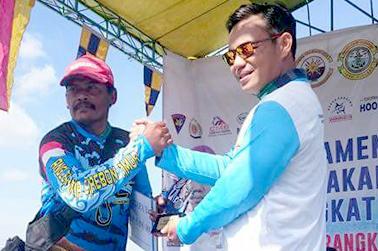 Penyerahan hadiah kepada pemenang oleh Dan Lanal Cirebon Yustinus Rudiman