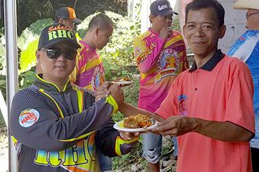 Rudi Hermawan dari Sahabar RHC (kiri) menerima tumpeng dari Aam