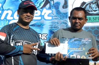Juara 1 menerima hadiah dari Ara