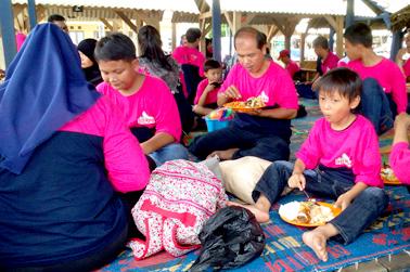 Para karyawan menikmati hidangan yang disajikan