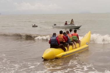 Asiknya naik banana boat