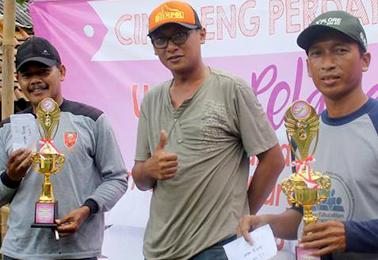 Teddy Yohanes (tengah) dari Umpan Pelangi Jakarta bersama pemenang 2 jam pertama menggunakan Umpan Pelangi