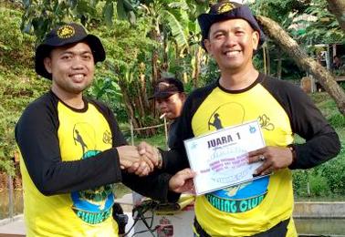 Dr Usup Suryana (kiri) serhakan hadiah untuk Juara Induk 1