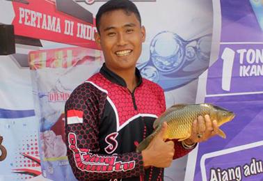 Ikan induk yang diraih salah satu peserta