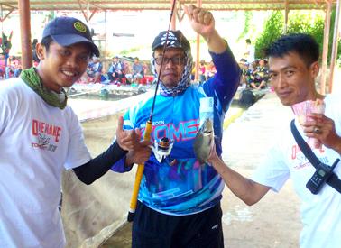 Peserta dengan ikan sengget mendapat hadiah uang