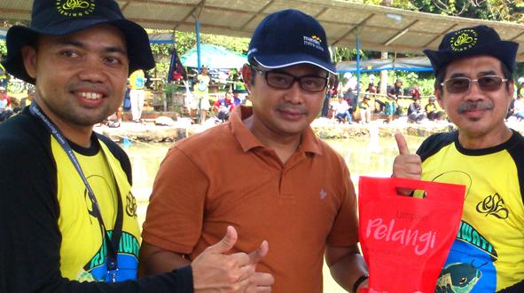Dari kanan ke kiri : Dr. Mochammad Syafak Hanung (Dirut Fatmawati) menang doorprize dan diserahkan oleh Adityawarman (Bank Mandiri) yang didampingi Dr Usup Suryana