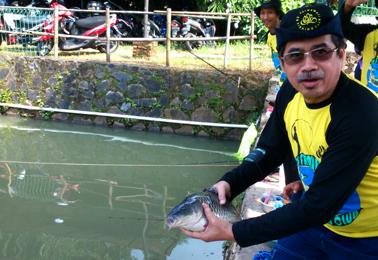 Dirut RSUP Fatmawati Dr.Mochammad Syafak Hanung melepas ikan induk