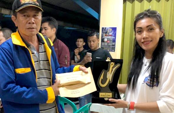 Bunda Yayang (kanan) serahkan uang dan piala untuk juara pertama