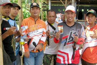 Roni Paparonz (tengah) menyerahkan Rp 50 ribu bagi peserta yang mamakai Tuna Djempol